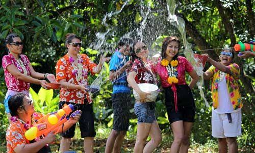 Feucht und fröhlich: Thailand feiert Songkran