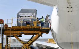 München: Flieger mit Schutz-ausrüstung aus China